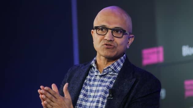 CEO Microsoft: 'Nâng nhóm mình lên, hạ người khác xuống' không phải là lãnh đạo - Ảnh 1.