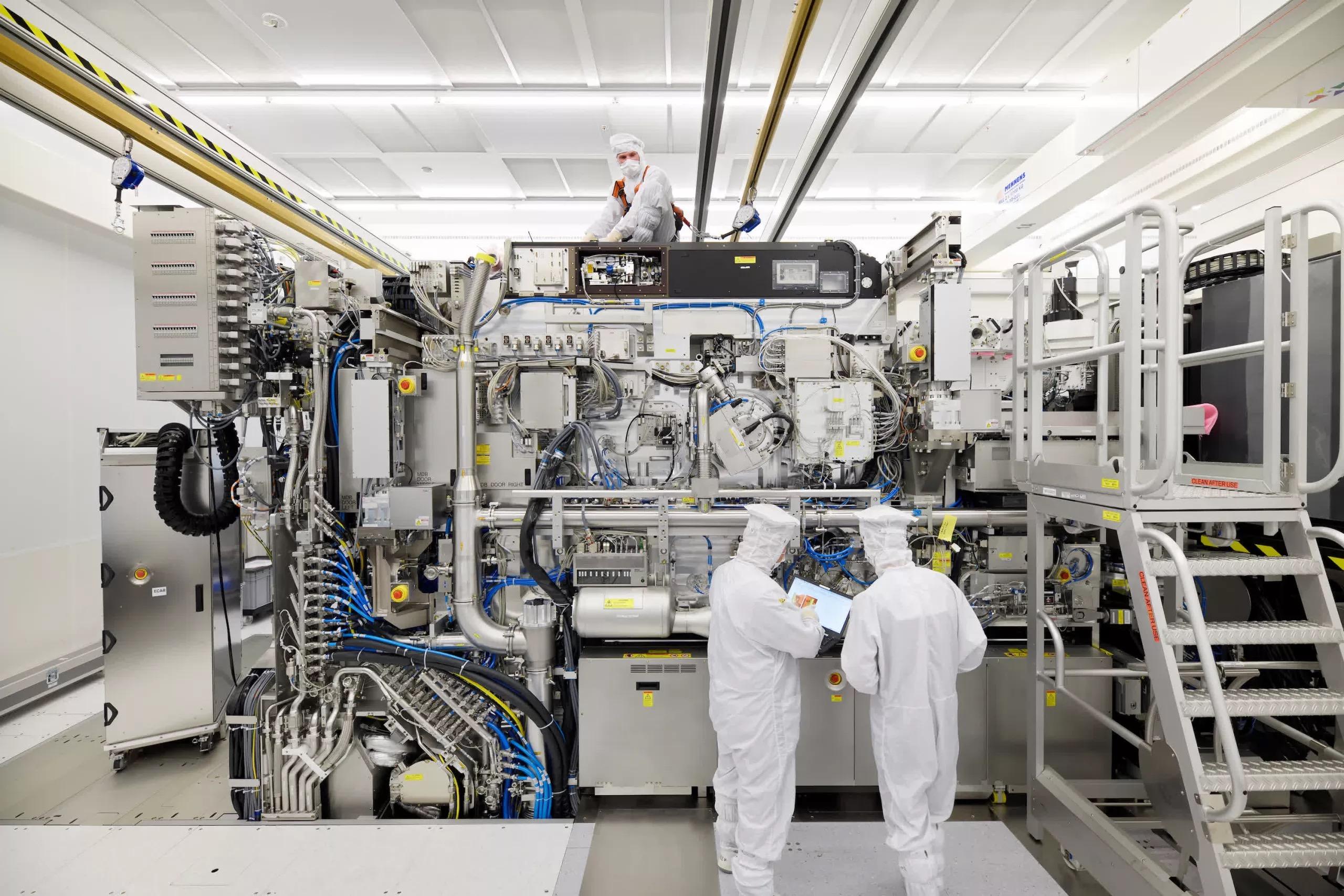 Trung Quốc sẽ sử dụng tạm chip cũ, chờ ngành công nghiệp bán dẫn đuổi kịp Mỹ - Ảnh 2.