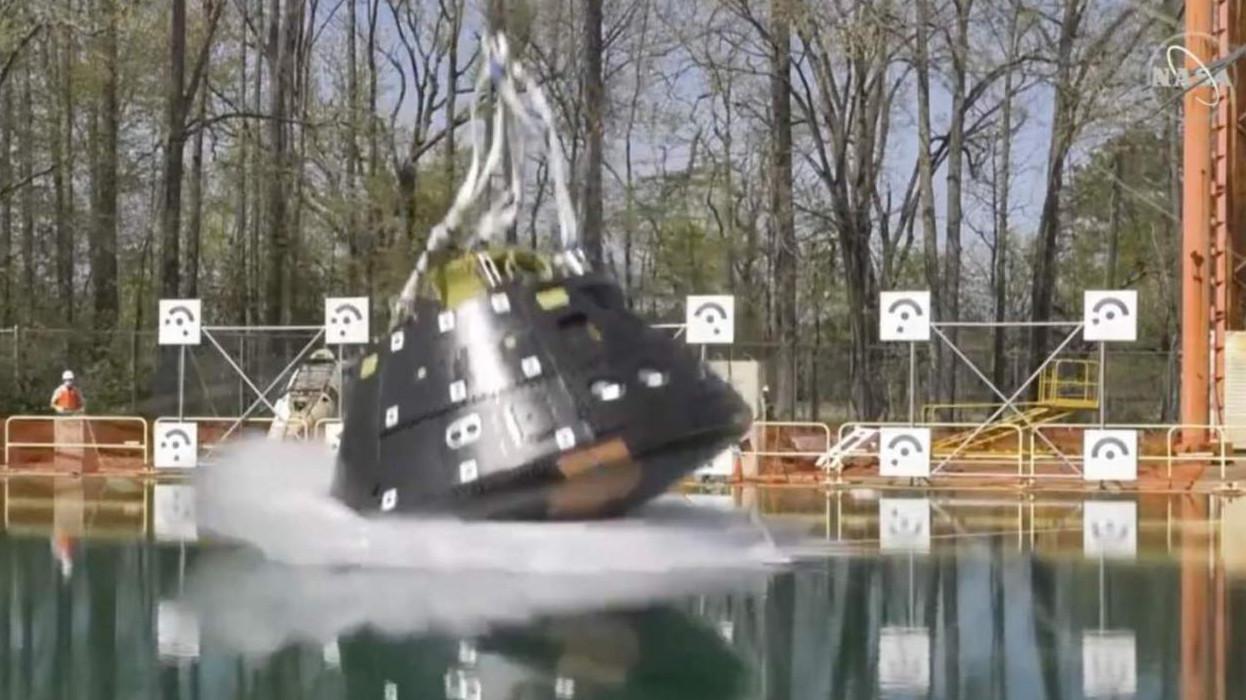 Xem cách NASA thả tàu vũ trụ Orion xuống bể nước lớn để kiểm tra khả năng va chạm khi hạ cánh - Ảnh 1.