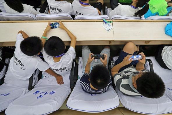 Muốn đạt điểm thi cao, học sinh Trung Quốc đập smartphone tập thể - Ảnh 2.