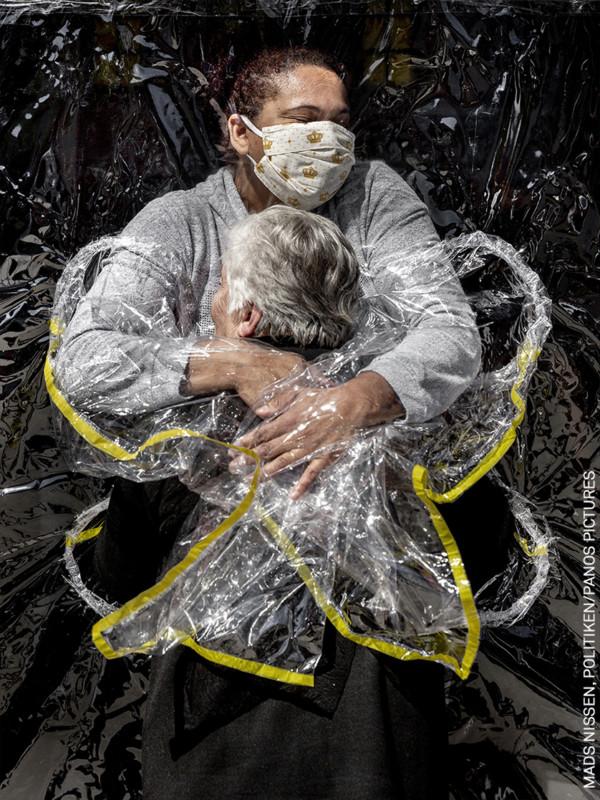 Cái ôm thời dịch COVID-19 trở thành tác phẩm đạt Giải ảnh báo chí của năm 2021 - Ảnh 3.