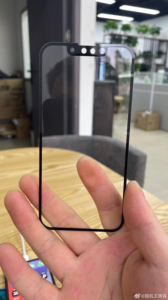 Hình ảnh so sánh rãnh tai thỏ của iPhone 13 và iPhone 12 - Ảnh 1.
