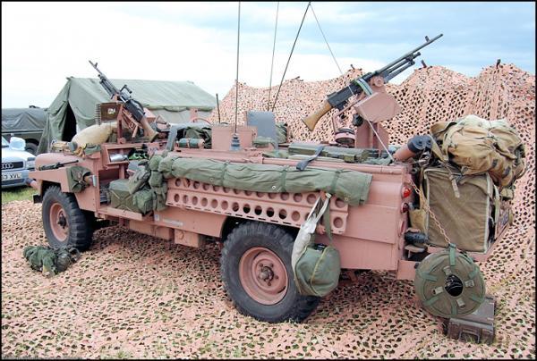 Tại sao lại có xe tăng, tàu chiến, thậm chí cả quân phục mang màu hồng? - Ảnh 11.