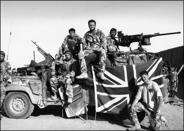 Tại sao lại có xe tăng, tàu chiến, thậm chí cả quân phục mang màu hồng? - Ảnh 14.