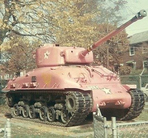 Tại sao lại có xe tăng, tàu chiến, thậm chí cả quân phục mang màu hồng? - Ảnh 10.