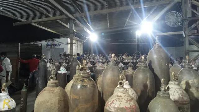 Người hùng Covid-19 ở Ấn Độ: Dừng kinh doanh cả 1 nhà máy, bán oxy với giá 1 Rupee/bình cho dân dù giá trên chợ đen gấp 30.000 lần - Ảnh 2.