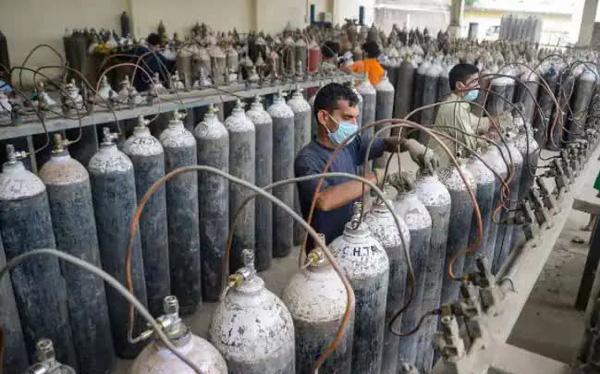 Người hùng Covid-19 ở Ấn Độ: Dừng kinh doanh cả 1 nhà máy, bán oxy với giá 1 Rupee/bình cho dân dù giá trên chợ đen gấp 30.000 lần - Ảnh 1.