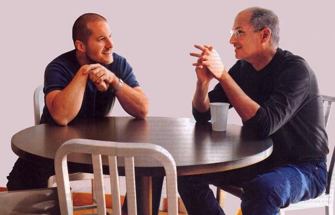 Cựu nhân viên Apple hé lộ sở thích kỳ lạ của Steve Jobs: Tắt iPhone và trốn đi chơi đồ hàng cùng Jony Ive - Ảnh 1.