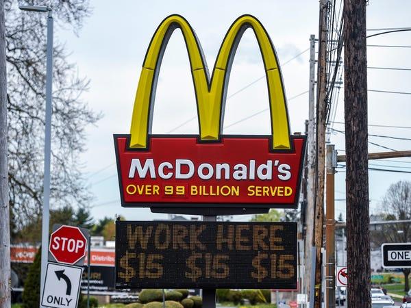 Thiếu nhân công, cửa hàng McDonald tặng iPhone cho người chịu làm việc 6 tháng - Ảnh 2.