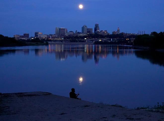 Những bức ảnh ngoạn mục nhất về sự kiện siêu trăng máu vừa diễn ra - Ảnh 3.
