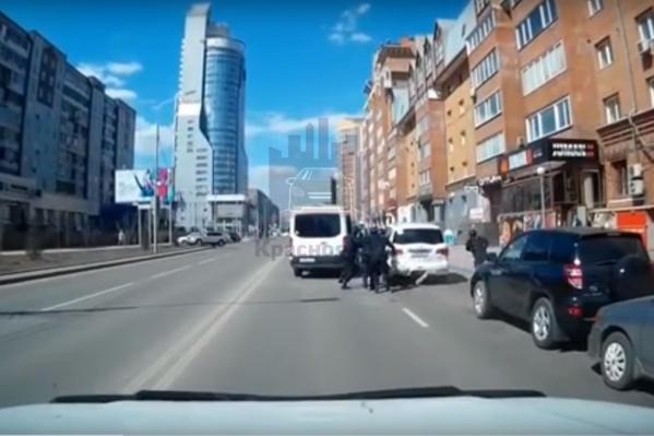 Xem video đặc nhiệm phản ứng nhanh của Nga vây bắt hụt chủ xe Infiniti giữa thanh thiên bạch nhật - Ảnh 1.