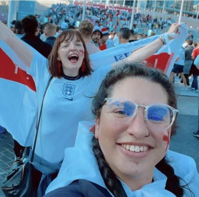 Cô gái trốn làm đi cổ vũ tuyển Anh đá Euro: mất công vì đội tuyển mất cúp, mất việc vì bị sếp thấy trên TV - Ảnh 1.