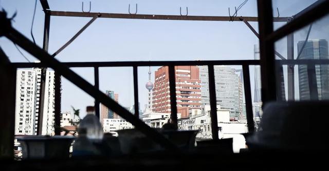 Cuộc sống chật vật bên trong những ngôi nhà mỏng tang như tờ giấy giữa lòng thành phố hoa lệ không bao giờ ngủ - Ảnh 3.