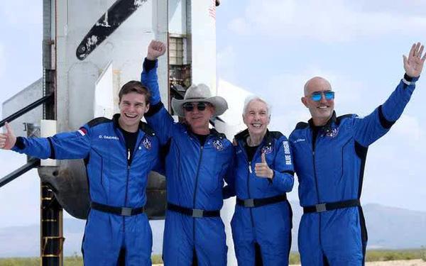 Bí mật đen tối đằng sau chuyến bay 5,5 tỷ USD vào vũ trụ nhờ nhân viên và khách hàng Amazon của Jeff Bezos - Ảnh 1.