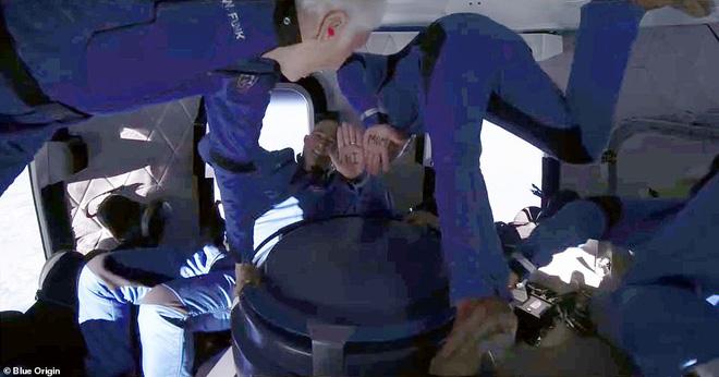 Jeff Bezos vừa tiết lộ cái giá cắt cổ cho chuyến bay lên vũ trụ 10 phút: Mỗi phút đốt 550 triệu USD! - Ảnh 4.