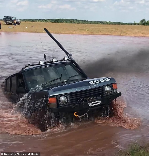 James Bond vùng quê gắn ống thở cho Range Rover Classic rồi lái dưới nước như tàu ngầm - Ảnh 1.