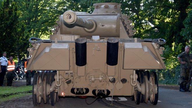 Giấu xe tăng và pháo phòng không dưới hầm, cụ ông 84 tuổi bị tòa án phạt 14 tháng tù và 6,7 tỷ đồng - Ảnh 3.