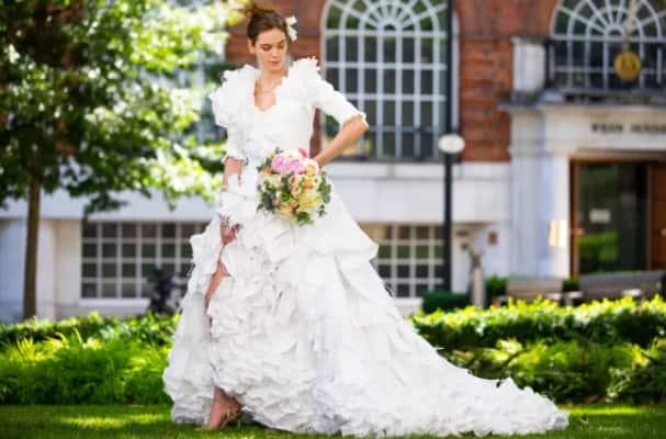 Mừng ngày gỡ bỏ quy định bắt buộc bịt mặt khi ra đường, nhà thiết kế Anh may bộ váy cưới từ 1.500 chiếc khẩu trang y tế - Ảnh 6.