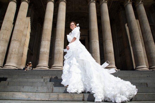 Mừng ngày gỡ bỏ quy định bắt buộc bịt mặt khi ra đường, nhà thiết kế Anh may bộ váy cưới từ 1.500 chiếc khẩu trang y tế - Ảnh 4.