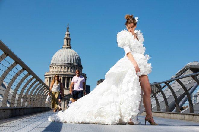 Mừng ngày gỡ bỏ quy định bắt buộc bịt mặt khi ra đường, nhà thiết kế Anh may bộ váy cưới từ 1.500 chiếc khẩu trang y tế - Ảnh 5.