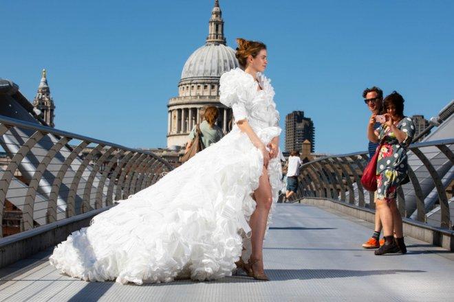 Mừng ngày gỡ bỏ quy định bắt buộc bịt mặt khi ra đường, nhà thiết kế Anh may bộ váy cưới từ 1.500 chiếc khẩu trang y tế - Ảnh 3.