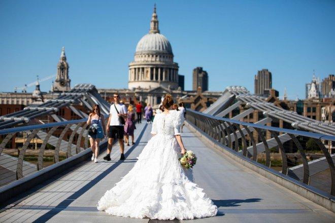 Mừng ngày gỡ bỏ quy định bắt buộc bịt mặt khi ra đường, nhà thiết kế Anh may bộ váy cưới từ 1.500 chiếc khẩu trang y tế - Ảnh 2.