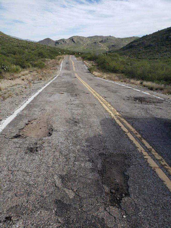 Những con đường xấu xí nhất quả đất - nhìn là chỉ muốn vác xe lên vai chạy bộ còn hơn! - Ảnh 1.