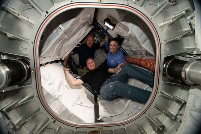 Báo Nga đổ tội cho phi hành gia Mỹ cố tình chọc thủng tàu vũ trụ Soyuz để được cho về Trái đất sớm - Ảnh 2.