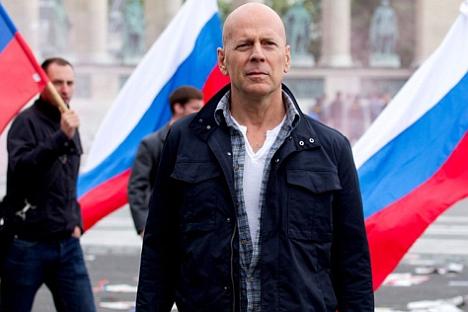 [Video] Nhà mạng di động Nga chơi lớn: thuê tài tử Bruce Willis đóng phim quảng cáo chết cười, chống chỉ định xem khi đang ăn cơm hay uống nước! - Ảnh 2.
