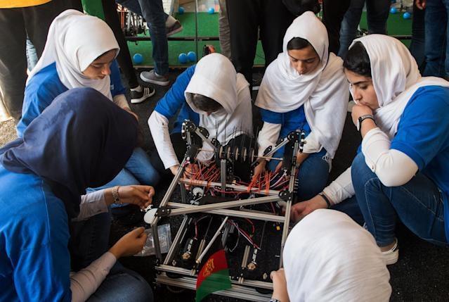 Giải cứu 10 cô gái trong đội tuyển robot của Afghanistan - Ảnh 4.
