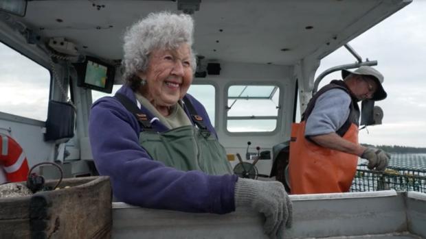 Cụ bà 101 tuổi ném tôm hùm trở thành meme hot trên mạng xã hội - Ảnh 4.