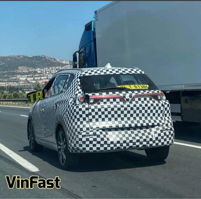 VinFast VF e34 bất ngờ xuất hiện tại châu Âu: Vẫn giấu kín thiết kế, để lộ một chi tiết cho thấy đã nhập tịch nước ngoài - Ảnh 1.