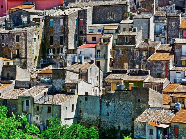 Sự thật mất lòng đằng sau cơn sốt nhà 1 euro ở Ý: Khu bất động sản chỉ bằng 1 cốc cafe nhưng mất hàng trăm nghìn đô để tu sửa - Ảnh 2.