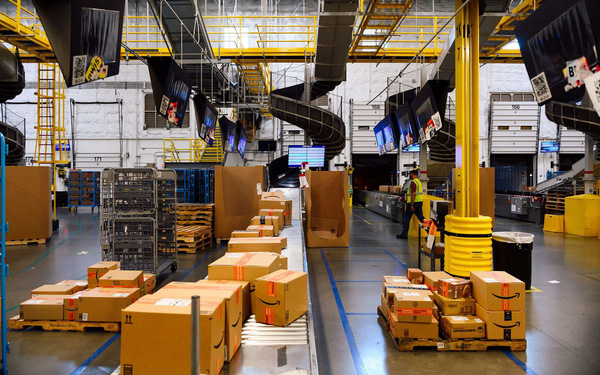 Hiện trực trần trụi bên trong những siêu nhà kho của Amazon: Dùng thuật toán áp KPI cho công nhân, hiệu suất tính chính xác tới từng giây, không tồn tại giờ giải lao - Ảnh 2.