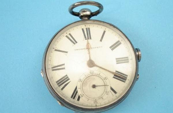Chắc có lẽ ít ai có thể tưởng tượng được chiếc đồng hồ trông rất bình thường nhưng nó lại là vũ khí chết người.