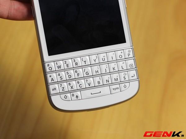 Mở hộp BlackBerry Q10 phiên bản màu trắng tại Việt Nam 10