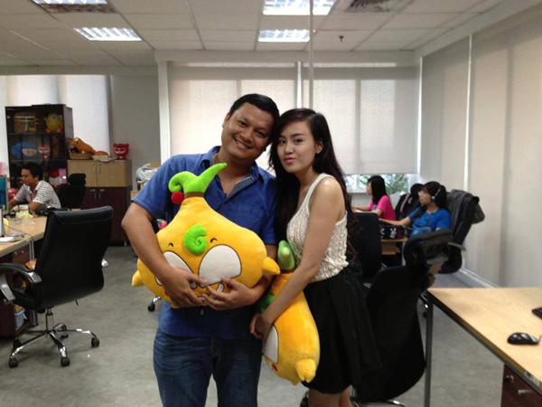 """Bà Tưng bị """"phát hiện"""" chụp ảnh trong trụ sở 1 công ty internet"""
