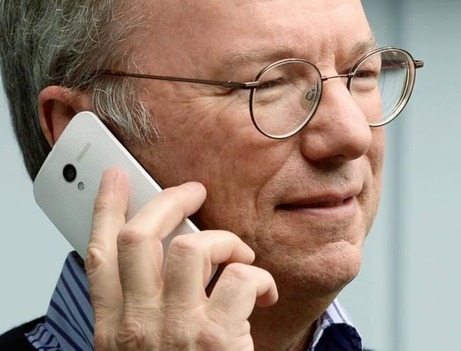 Hình ảnh Chủ tịch Google cầm trên tay điện thoại Motorola X.