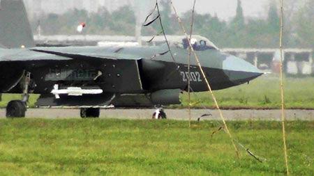 """Trung Quốc """"chém gió"""" về sức mạnh siêu vũ khí trên máy bay J-20"""