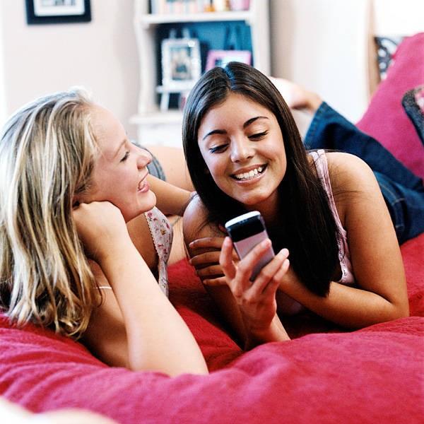 """""""Nghiện"""" nhắn tin dễ bị mất ngủ"""