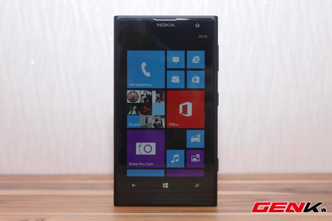 Nhìn qua mặt trước, Lumia 1020 khá giống những chiếc máy khác cùng thương hiệu.