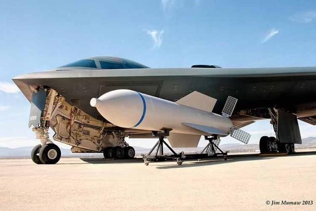 Những ngày qua báo chí Trung Quốc cũng như Triều Tiên tỏ ra hết sức quan tâm tới thông tin Mỹ chính thức khoe hình ảnh bom xuyên phá GBU-57 được trang bị trên máy bay ném bom hiện đại B-2. Tờ CNJ của Trung Quốc cho biết sau B-52 giờ đến lượt B-2 được trang bị loạt bom xuyên phá hiện đại này.