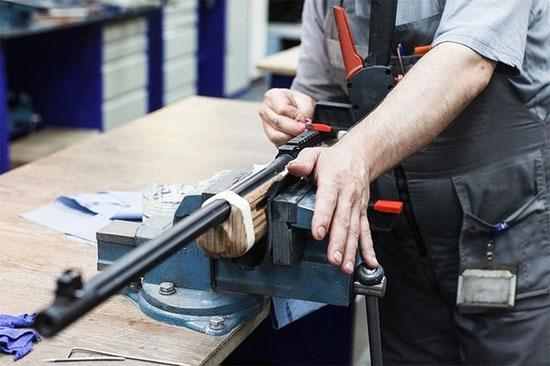 Một chuyên gia sẽ chịu trách nhiệm lắp ráp tất cả bộ phận của khẩu súng loại A.