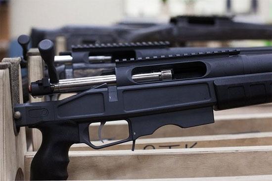 Sau đó, phần kim loại của khẩu súng được chuyển đến dây chuyền sơn công nghệ cao.