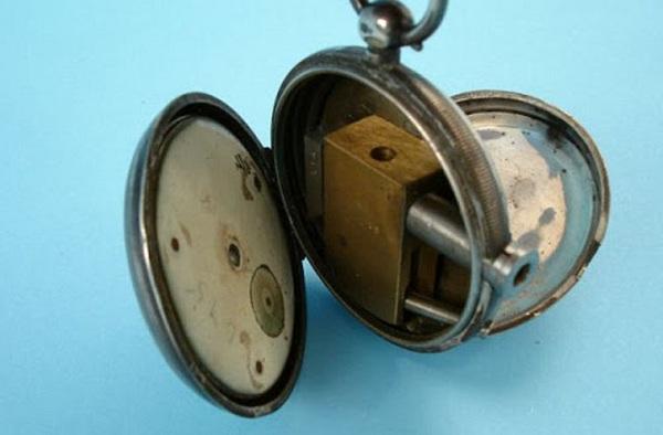 Bên trong chiếc đồng hồ chứa một khẩu súng siêu nhỏ với viên đạn duy nhất.