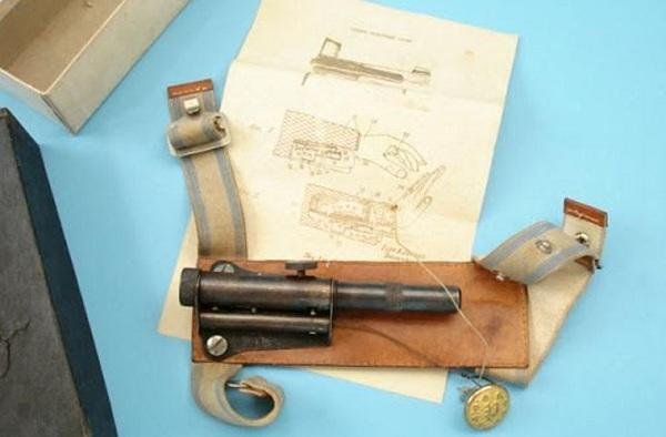 Một khẩu súng được thiết kế đặc biệt nằm phía trong dây nịt ở cổ tay.