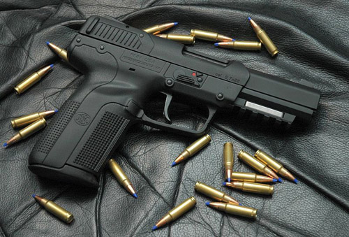 FN Five-Seven và loại đạn 5.7mm đặc trưng.