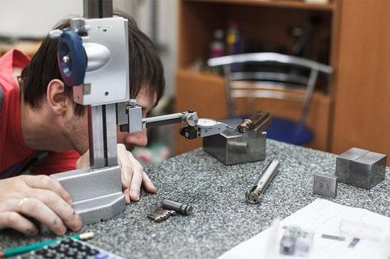 Tiếp theo, các chuyên gia kiểm tra nòng súng trong phòng thí nghiệm để phát hiện lỗi, bao gồm tạp chất, rạn nứt và han gỉ.