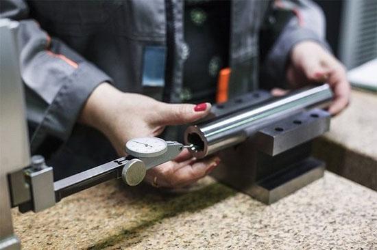 Mỗi nòng súng được kiểm tra vài lần: sau khoan nòng, xẻ rãnh và đánh bóng.