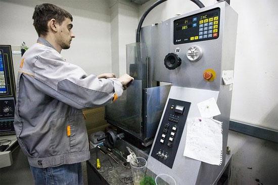 Để chế tạo những chi tiết nhỏ như cò súng và khóa an toàn, nhà máy áp dụng công nghệ ăn mòn điện tử.